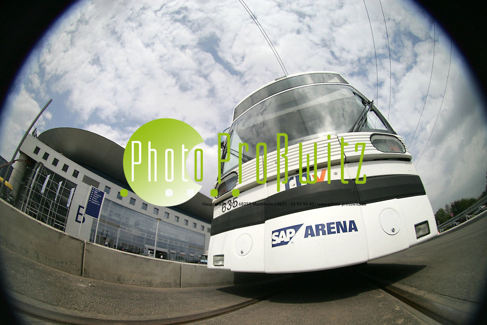Mannheim. SAP-Arena. MVV Stadtbahn f&auml;hrt vor. Vorstellung der neuen Stra&szlig;enbahntrasse. <br /> Bild: Markus Pro&szlig;witz <br /> Bilder auch online abrufbar - Neue-/ und Archivbilder. www.masterpress.org
