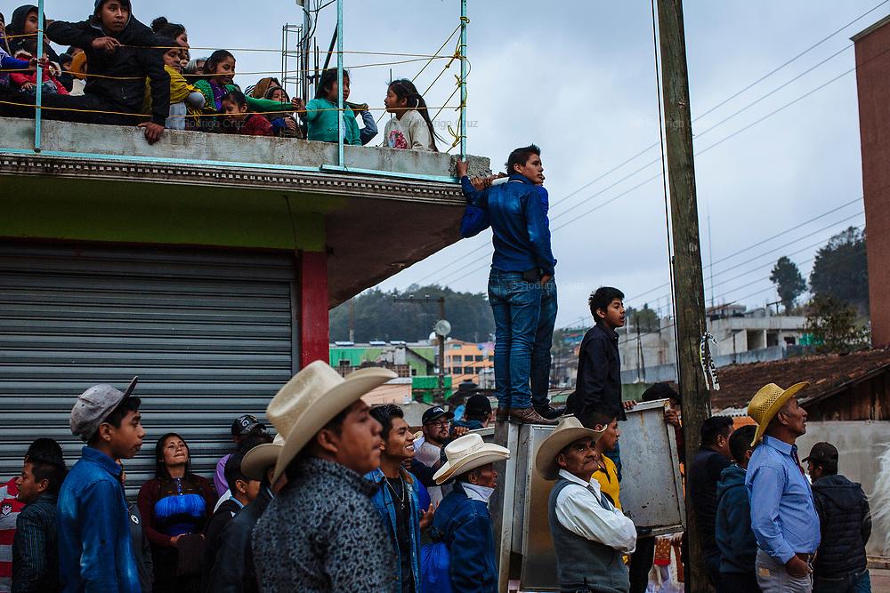La gente observa el paseo de toros en la plaza principal de san Juan Chamula.