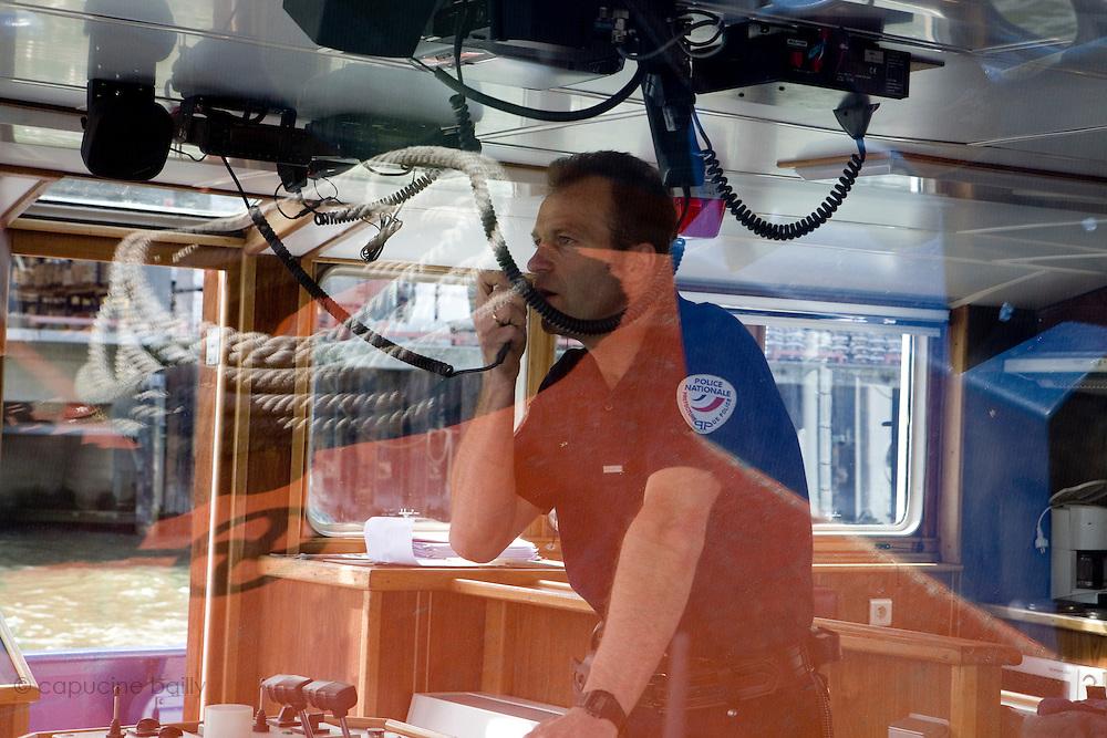 """Paris, France. 28 Avril 2009..Brigade Fluviale de Paris..14h58 A bord du bateau remorqueur pousseur """"L'Ile de France"""" ou une equipe va sortir de l'eau une remorque qui gene le stationnement d'une peniche...Paris, France. April 28th 2009..Paris fluvial squad..2:58 pm Inside the tugboat """"L'ile de France"""" where a trailer will be towed from the water."""