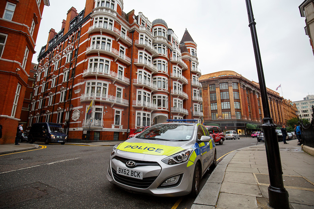 © Licensed to London News Pictures. 13/08/2015. London, UK. Police officers guarding the Ecuadorian embassy in London on Thursday, 13 August, 2015. After three years Swedish prosecutors drop some of their investigation into sexual assault allegations against the Wikileaks founder Julian Assange. Photo credit: Tolga Akmen/LNP