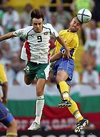 Fotball<br /> Euro 2004<br /> 14.06.2004<br /> Foto: Witters/Digitalsport<br /> NORWAY ONLY<br /> <br /> Sverige v Bulgaria 5-0<br /> <br /> v.l. Dimitar BERBATOV - Olof MELLBERG Schweden
