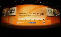 Fotball<br /> Seedingen til VM 2006<br /> Foto: imago/Digitalsport<br /> NORWAY ONLY<br /> <br /> 06.12.2005<br /> <br /> Es ist die Zeit, um Freunde zu machen - Das Podium für die Pressekonferenz anläßlich der Gruppenauslosung für die FIFA Weltmeisterschaft 2006 in Deutschland