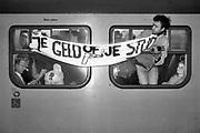 Nederland, Nijmegen, 1988Protesterende studenten in de trein vanwege de bezuiniging op de ov jaarkaart .Studentenactie, studentenprotest, in de jaren 80 en begin 90 .Demonstratie van studenten tegen de wet op de studiefinanciering en hervormingen in het wetenschappelijk onderwijsdoor minister Deetman. Die kreeg te maken met grote demonstraties van studenten na de verhoging van de collegegelden en het verkorten van de studieduur.Foto: Flip Franssen