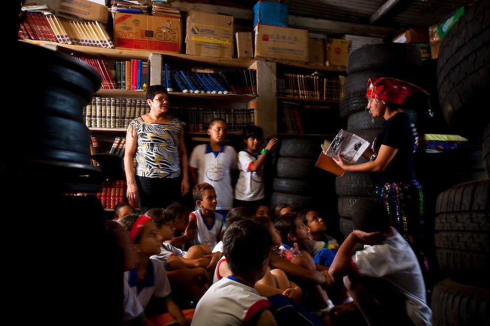 Sabara_MG, Brasil...Sessao de historias na Borrachalioteca para criancas de 7 a 9 anos...The story telling in the library repair shop  for children from 7 to 9 years...Foto: LEO DRUMOND / NITRO