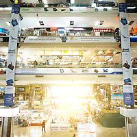 Bangkok, Thailande 25 mars 2014 - Pantip Plaza est un centre commercial spÈcialisÈ dans l'informatique, situÈ sur New Phetchaburi Road, dans le district de Ratchathewi ‡ Bangkok. La vente de logiciel et de DVD contrefaits est l'une des raisons de son succËs et de sa notoriÈtÈ.