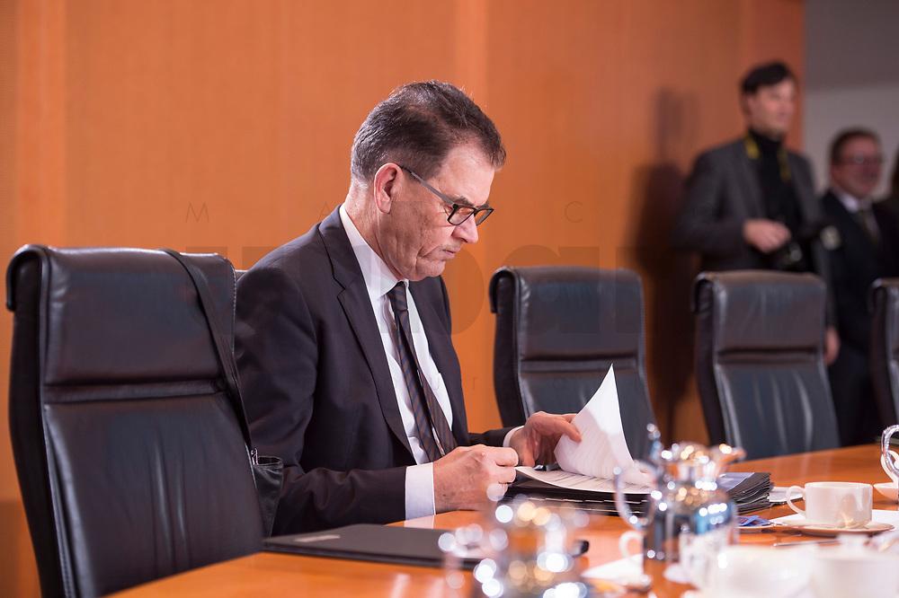 10 JAN 2018, BERLIN/GERMANY:<br /> Gerd Mueller, CSU, Bundesentwicklungshilfeminister, liest in seinen Unterlagen, vor Beginn der Kabinettsitzung, Bundeskanzleramt<br /> IMAGE: 20180110-01-001<br /> KEYWORDS: Kabinett, Sitzung, Akte, AKten, lesen, Gerd M&uuml;ller
