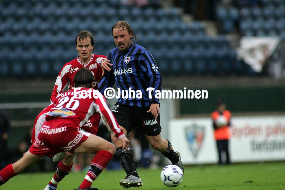 29.07.2004, Veritas Stadion, Turku, Finland..Veikkausliiga 2004 / Finnish League 2004.FC Inter Turku v Tornion Pallo-47.Samuli Lindel?f (Inter) v Jussi Hakasalo & tarmo Koivuranta (TP-47).©Juha Tamminen.....ARK:k