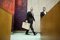 Nederland. Den Haag, 16 september 2008.<br /> Prinsjesdag.<br /> Wouter Bos betreedt met koffertje de vergaderzaal van de Tweede kamer.<br /> Foto Martijn Beekman<br /> NIET VOOR PUBLIKATIE IN LANDELIJKE DAGBLADEN.