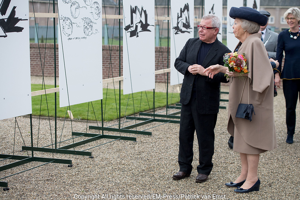 Prinses Beatrix tijdens de opening van de tentoonstelling The Garden of Earthly Worries van Daniel Libeskind in de tuin van Paleis Het Loo.<br /> <br /> Princess Beatrix during the opening of the exhibition The Garden of Earthly Worries by Daniel Libeskind in the garden of Paace Het Loo.
