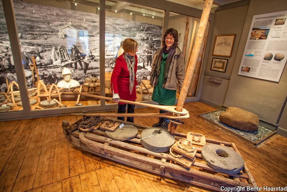 Franziska Rüttimann,  Leder Norsk kvernsteinsenter i Hyllestad. Her i kvernsteinutstillingen til Selbu bygdemuseum, sammen med Solveig Borseth fra museet. Og Karin Galaaen fra kvernsteinsenterets styre.