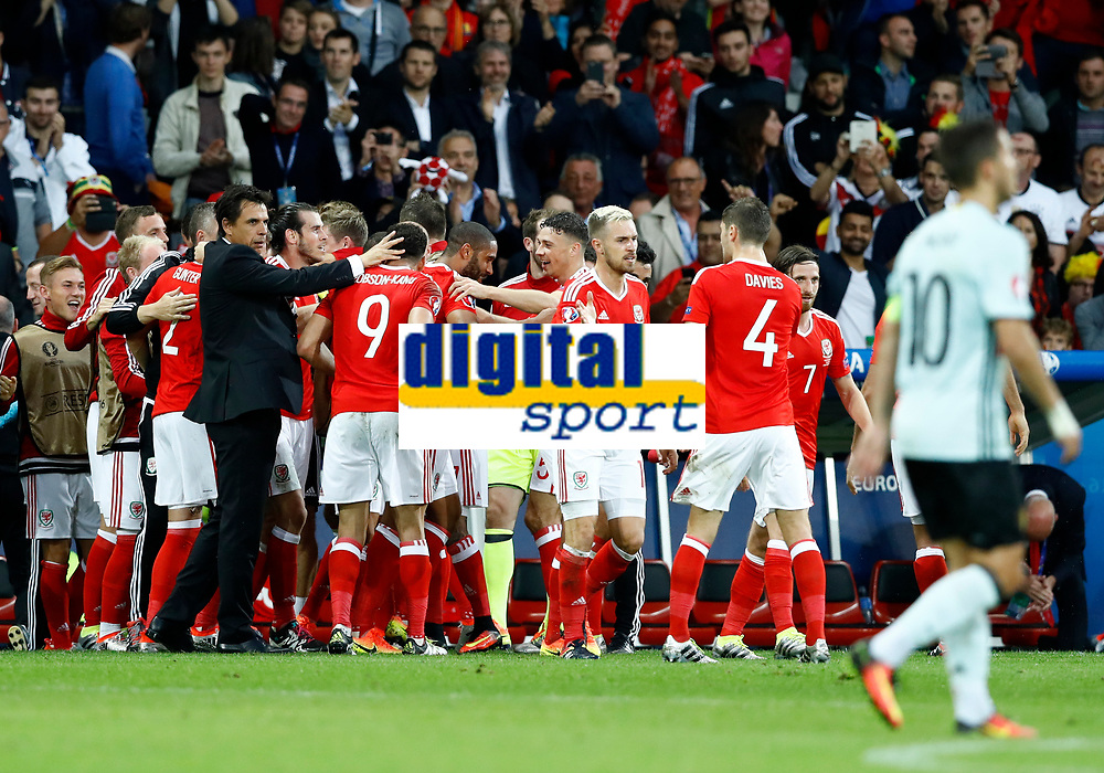 Wales coach Chris Coleman celebrating with the team after the goal of 2-1. allenatore esultanza gol<br /> Lille 01-07-2016 Stade Pierre Mauroy Football Euro2016 Wales - Belgium / Galles - Belgio <br /> Quarter-finals. Foto Matteo Ciambelli / Insidefoto