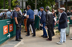02.06.2017, Roland Garros, Paris, FRA, ATP Tour, French Open, im Bild Zugang und Sicherheitskontrollen, Zuschauer // Access and security controls, Spectators during the French Open Tournament of the ATP Tour at the Roland Garros in Paris, France on 2017/06/02. EXPA Pictures © 2017, PhotoCredit: EXPA/ Vianney Thibaut