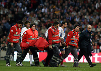Fotball<br /> Spania 2004/05<br /> Real Madrid v Barcelona<br /> 10. april 2005<br /> Foto: Digitalsport<br /> NORWAY ONLY<br /> Barcelona's Samuel Eto'o is carried off the pitch by sanitary personel after injured in his knee