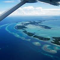 Parque Nacional Archipielago Los Roques, es un hermoso archipiélago de pequeñas islas coralinas que se encuentra ubicado en el Mar Caribe y ocupa 221.120 hectáreas. Vista aerea del archipielago.