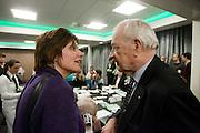 Ruth Peetoom praat met een lid van het CDA. De zes kandidaten voor het voorzitterschap van het CDA presenteren zich aan de leden in een zaal in Eindhoven