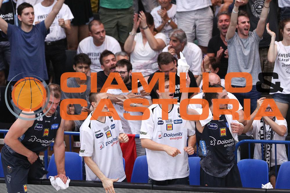 Esultanza panchina Trento, Dolomiti Energia Trentino vs Umana Reyer Venezia LBA Serie A Playoff Finale gara 6 stagione 2016/2017 Pala Trento, Trento 20 giugno 2017
