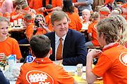 """Koning Willem Alexander opent Koningsspelen in Ens van de drie basisscholen Het Lichtschip, De Horizon en De Regenboog in Ens. Het gaat om een dag vol bewegen voor kinderen, die wordt voorafgegaan door een feestelijk Koningsontbijt.<br /> <br /> King Willem Alexander opens the """" King Games"""" in the town Ens. It is a day of exercise for children, which is preceded by a festive King Breakfast.<br /> <br /> Op de foto / On the photo:  Koning Willem-Alexander aan het ontbijt / King Willem-Alexander at breakfast"""