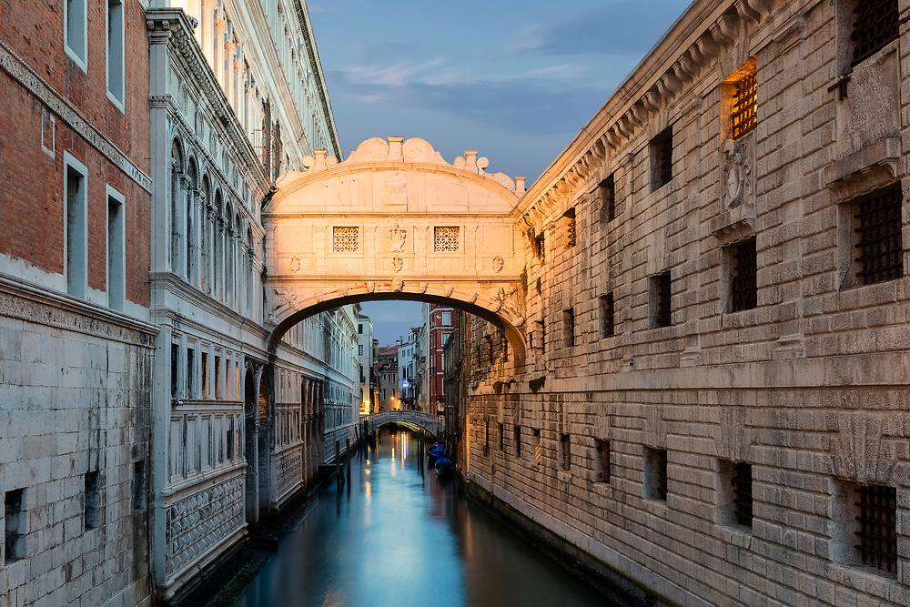 Über die Seufzerbrücke in Venedig schritten Verurteilte früher vom Gericht zur Haft oder Hinrichtung ins gegenüberliegende Gefängnis. Von der Brücke aus konnten Sie einen letzten Blick in die Freiheit werfen und seufzend von ihr Abschied nehmen.