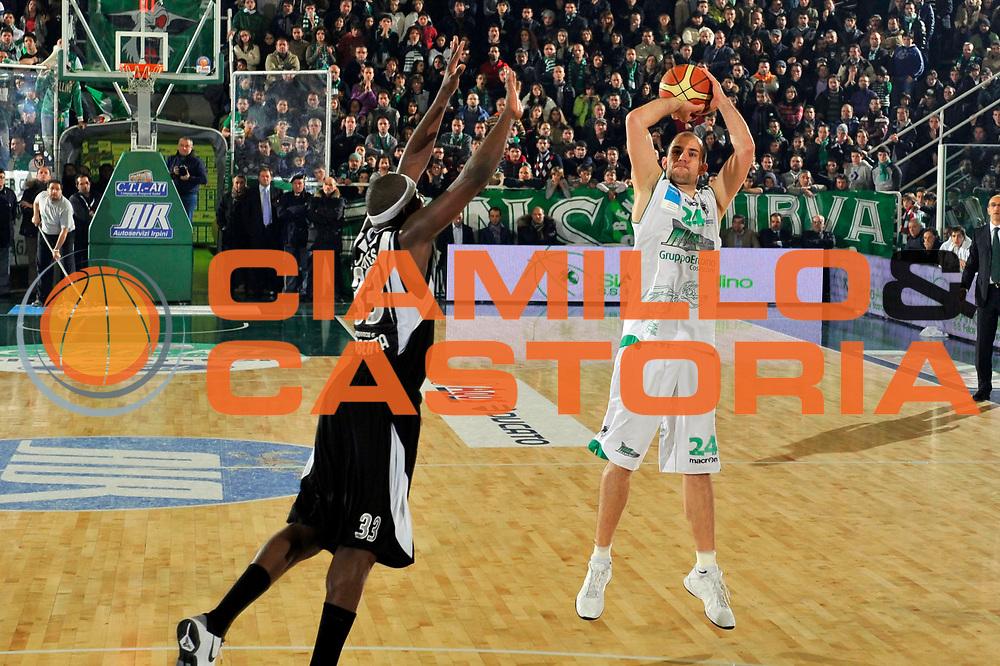 DESCRIZIONE : Avellino Lega A 2010-11 Air Avellino Pepsi Caserta<br /> GIOCATORE : Szymon Szewczyk<br /> SQUADRA : Air Avellino<br /> EVENTO : Campionato Lega A 2010-2011<br /> GARA : Air Avellino Pepsi Caserta<br /> DATA : 28/12/2010<br /> CATEGORIA : tiro three points shot<br /> SPORT : Pallacanestro<br /> AUTORE : Agenzia Ciamillo-Castoria/A.De Lise<br /> Galleria : Lega Basket A 2010-2011<br /> Fotonotizia : Avellino Lega A 2010-11 Air Avellino Pepsi Caserta<br /> Predefinita :