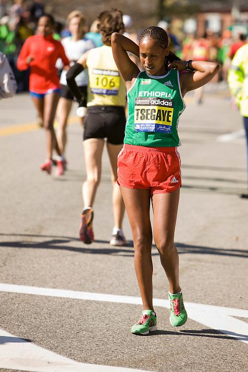 elite women warm up, Terfi Tsegaye