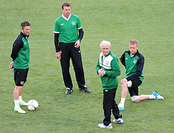 Robbie Keane Goalie coach Alan Kelly Damien Duff and Team boss Giovanni Trapattoni IRL Euro 2012 Ireland Training Poznan Poland 17 June 2012 Football in the UEFA European Championship 2012 in Poland and the Ukraine Country game Group stage Italy vs Ireland Preliminary reports Conclusion of training IRL Picture shows The Players from Ireland. Photo By Imago/ i-Images