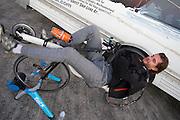 Jan rijdt zich warm in de ochtend van de vijfde racedag. Het Human Power Team Delft en Amsterdam (HPT), dat bestaat uit studenten van de TU Delft en de VU Amsterdam, is in Amerika om te proberen het record snelfietsen te verbreken. In Battle Mountain (Nevada) wordt ieder jaar de World Human Powered Speed Challenge gehouden. Tijdens deze wedstrijd wordt geprobeerd zo hard mogelijk te fietsen op pure menskracht. Het huidige record staat sinds 2015 op naam van de Canadees Todd Reichert die 139,45 km/h reed. De deelnemers bestaan zowel uit teams van universiteiten als uit hobbyisten. Met de gestroomlijnde fietsen willen ze laten zien wat mogelijk is met menskracht. De speciale ligfietsen kunnen gezien worden als de Formule 1 van het fietsen. De kennis die wordt opgedaan wordt ook gebruikt om duurzaam vervoer verder te ontwikkelen.<br /> <br /> The Human Power Team Delft and Amsterdam, a team by students of the TU Delft and the VU Amsterdam, is in America to set a new world record speed cycling.In Battle Mountain (Nevada) each year the World Human Powered Speed Challenge is held. During this race they try to ride on pure manpower as hard as possible. Since 2015 the Canadian Todd Reichert is record holder with a speed of 136,45 km/h. The participants consist of both teams from universities and from hobbyists. With the sleek bikes they want to show what is possible with human power. The special recumbent bicycles can be seen as the Formula 1 of the bicycle. The knowledge gained is also used to develop sustainable transport.