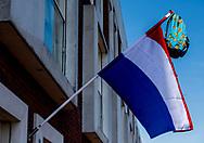 ROTTERDAM - een geslaagd vlag met een tas nederlandse valg omdat iemand is geslaagd examen  aan een gevel van een woning in rottterdam . copyrght robin utrecht