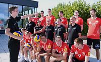 Volleyball 1. Bundesliga  Saison 2018/2019  Media Day Fotoshooting  TV Rottenburg  07.09.2018 Pressesprecher Moritz Liss (li) stellt das Team zum Mannschaftsbild