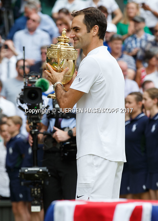 Sieger ROGER FEDERER (SUI) mit dem Pokal,Siegerehrung,Praesentation, Endspiel, Final<br /> Tennis - Wimbledon 2016 - Grand Slam ITF / ATP / WTA -  AELTC - London -  - Great Britain  - 16 July 2017.