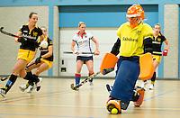 UTRECHT - Hoofdklasse Zaalhockey: Keeper Sophie Bravenboer  van Den Bosch aan de bal  tijdens de wedstrijd tussen de vrouwen van Den Bosch en SCHC.  FOTO KOEN SUYK