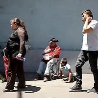 Toluca, México (Junio 28, 2016).- Un hombre de la tercera edad y un joven con discapacidad venden en la calle hierbas comestibles, algunas personas les compran algo para poder ayudarlo, otros solo los ignoran.  Agencia MVT / Crisanta Espinosa.