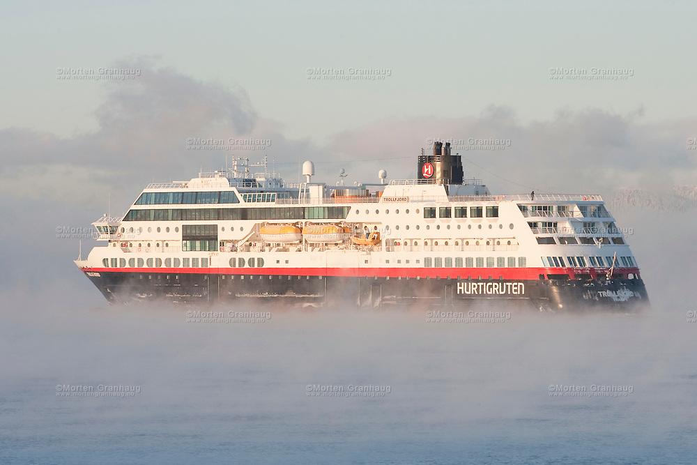 Hurtigruten Trollfjord på vei ut fra Trondheim.