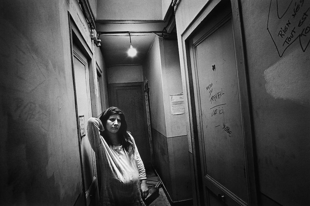 Paris, 1996. L'attente.<br /> <br /> Paris, 1996. Nathalie, enceinte de 6 mois, devant la chambre qu'elle occupe. M&egrave;re de 2 enfants plac&eacute;s par la DDASS, elle ne sait pas si les services sociaux lui laisseront la garde du b&eacute;b&eacute;.
