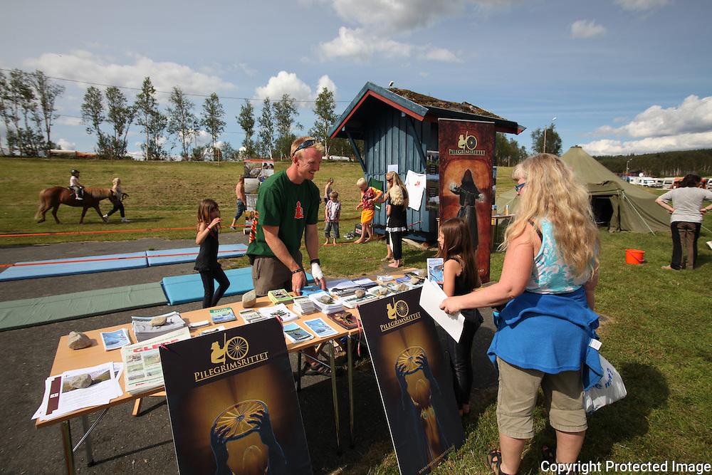 Aktivitetstilbudet på festivalen var veldig populært, og viste noe av det Tydal byr på. Blant annet Klatrevegg og barneridning med hester fra Patrusli. Mattias Jansson informerte om Sylene-prosjektet. Tydalsfestivalen. Foto: Bente Haarstad