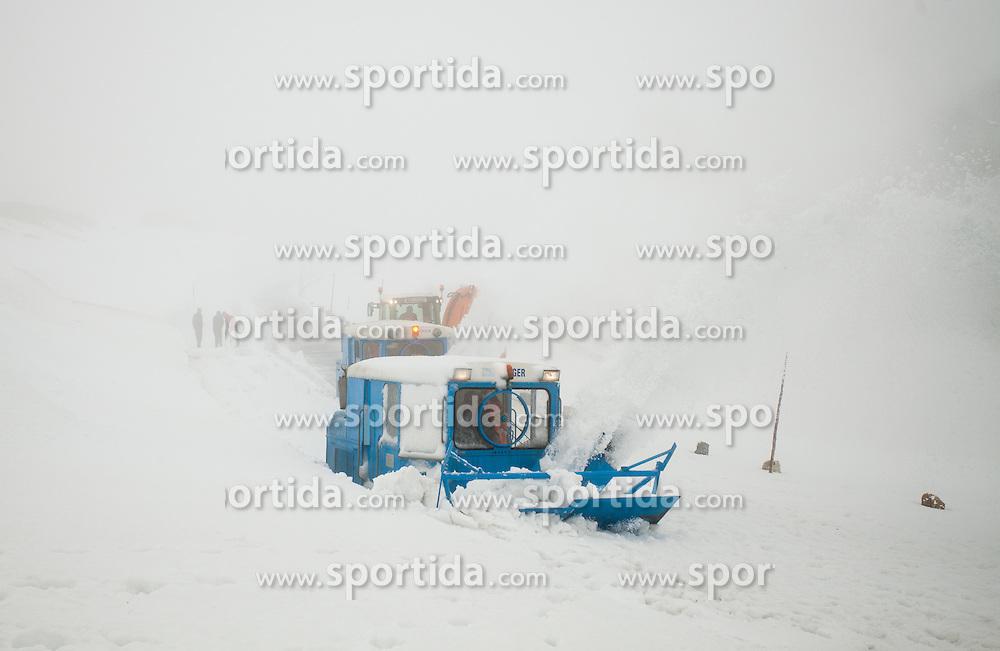 29.04.2013, Hochtor, Grossglockner Hochalpenstrasse, AUT, Schneeraeumung auf der Grossglockner Hochalpenstrasse, im Bild eine Schneefräse waehrend des Durchstichs auf der Grossglockner Hochalpenstraße. EXPA Pictures © 2013, PhotoCredit: EXPA/ Juergen Feichter