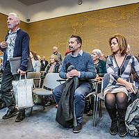 Nederland, Den Haag, 18 januari 2017.<br />Een bus vol met leden van vereniging Behoud de Parel uit Grubbenvorst reist af naar Den Haag. Daar wonen ze een zitting bij de Raad van State bij tegen de komst van de megastal NGB in Grubbenvorst.<br />Op de foto: Links voorzitter Behoud de Parel Andr&eacute; Vollenberg bij aanvang vd zitting en rechts Marianne Thieme partijleider van Partij voor de Dieren<br /><br /><br /><br /><br />Foto: Jean-Pierre Jans