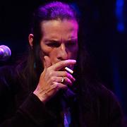 NLD/Amsterdam/20050718 - Concert Willy DeVille rookt een sigaret