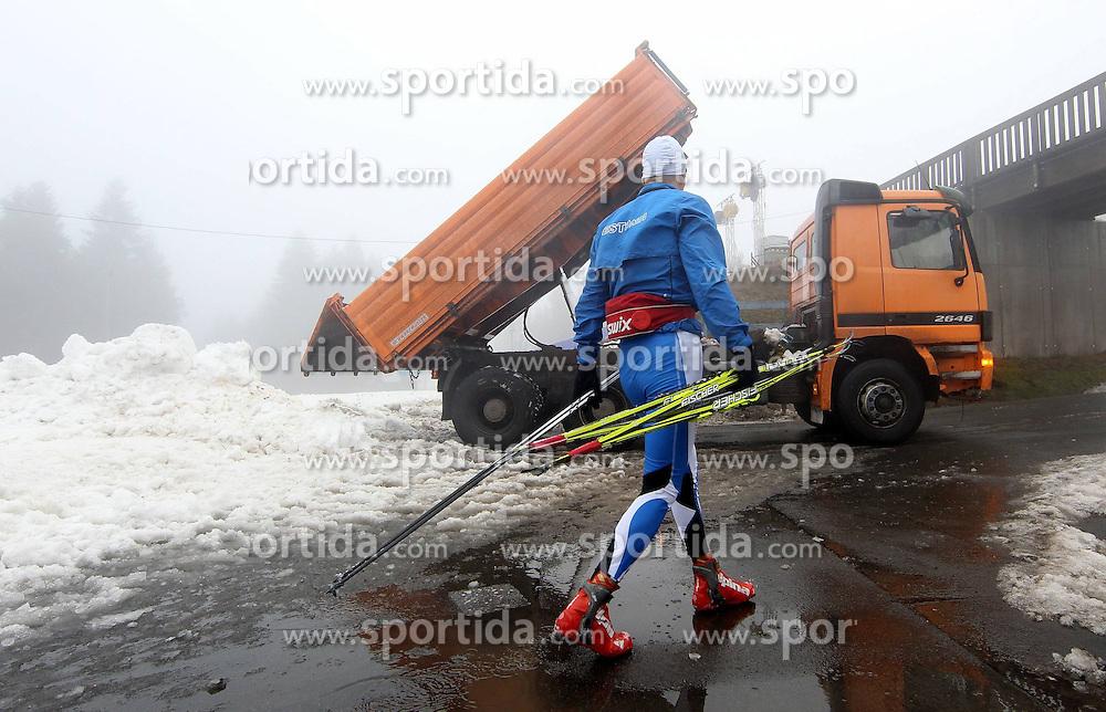 28.12.2011, DKB-Ski-ARENA, Oberhof, GER, Viessmann FIS Tour de Ski 2011, Training, im Bild ein Athlet verlässt die DKB-Ski-Arena, ein LKW kippt Schnee aus der Skihalle ab . during of Viessmann FIS Tour de Ski 2011, in Oberhof, GERMANY, 2011/12/28. EXPA Pictures © 2011, PhotoCredit: EXPA/ nph/ Hessland..***** ATTENTION - OUT OF GER, CRO *****