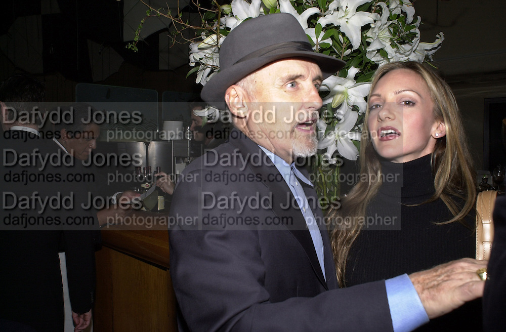 Dennis Hopper, Jeff Koons exhibition opening and dinner. Gagosian Gallery and Mr. Chow. Los Angeles. 22 March 2001. © Copyright Photograph by Dafydd Jones 66 Stockwell Park Rd. London SW9 0DA Tel 020 7733 0108 www.dafjones.com