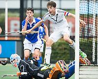 DEN BOSCH - HOCKEY -   Derck de Vilder  van Pinoke scoort 1-0. Keeper Hidde Brink is verslagen. .    Landkampioenschap jeugd  tussen Pinoke JA1 -Kampong JA1 (2-1) . Pinoke kampioen. COPYRIGHT KOEN SUYK