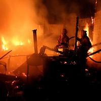Toluca, Méx.- Una humilde vivienda fue consumida por el fuego esta madrugada acausa de un anafre con el que se protegian del frio los moradores, resultando el padre lesionado al rescatar a su familia en la comunidad de San Mateo Otzacatipan. Agencia MVT / Mario Vazquez de la Torre. (DIGITAL)<br /> <br /> NO ARCHIVAR - NO ARCHIVE