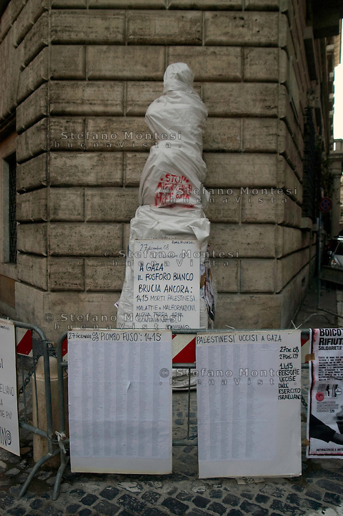 Roma 27 Dicembre 2009.Pasquino, la statua parlante più famosa di Roma  ha ricordato ad un anno dall'Operazione Piombo Fuso che ha portato 1415 morti nella striscia di Gaza per mano di Israele la tragedia del popolo palestinese..Rome December 27, 2009.Pasquino, the talking statue of Rome's most famous recalled one year from Operation molten lead which led to 1415 deaths in the Gaza Strip by Israel, the tragedy of the Palestinian people..http://en.wikipedia.org/wiki/Pasquin.The statue is being restored.