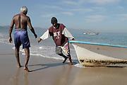 Juan Pablo llega a la Cooperativa de Pescadores de Rosita, con la pesca del día, Don Esteban se aproxima para sacar juntos la lancha y la mercancía.