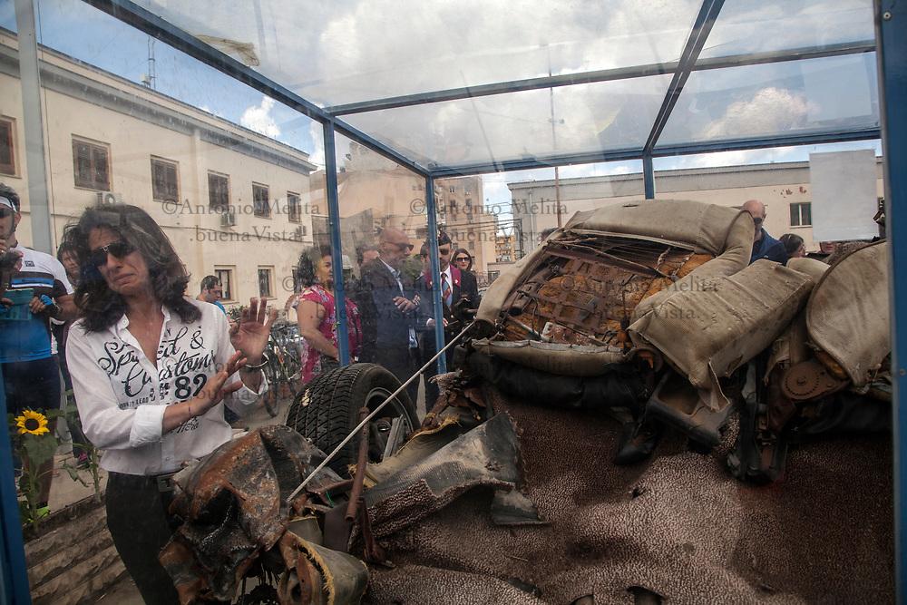 """Rosalba Terrasi, vedova dell'agente Rocco Dicillo, si commuove nel vedere i resti della croma blindata """"Quarto Savona Quindici"""". Il 23 maggio 1992, al suo interno c'erano Antonio Montinaro, Rocco Dicillo e Vito Schifani."""