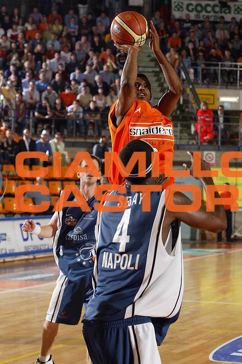DESCRIZIONE : Udine Lega A1 2005-06 Play Off Quarti Finale Gara 2 Snaidero Udine Carpisa Napoli <br /> GIOCATORE : Lucas <br /> SQUADRA : Snaidero Udine <br /> EVENTO : Campionato Lega A1 2005-2006 Play Off Quarti Finale Gara 2 <br /> GARA : Snaidero Udine Carpisa Napoli <br /> DATA : 21/05/2006 <br /> CATEGORIA : Tiro <br /> SPORT : Pallacanestro <br /> AUTORE : Agenzia Ciamillo-Castoria/E.Pozzo