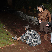 NLD/Huizen/20060101 - Jeugd steekt vuurwerk af bij het het oud en nieuw 2005/2006, rotjes, vuurpijlen, meiden, meisjes, gevaarlijk, sneeuw,