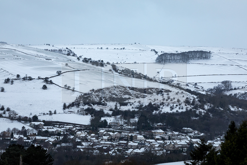 © Licensed to London News Pictures. 13/01/2017. Chesterfield, UK. Snowy scenes near Curbar Gap, Derbyshire. Snow and ice has resulted in some road closures in rural Derbyshire. Last night saw many parts of the UK covered in snow. Photo credit : Tom Nicholson/LNP