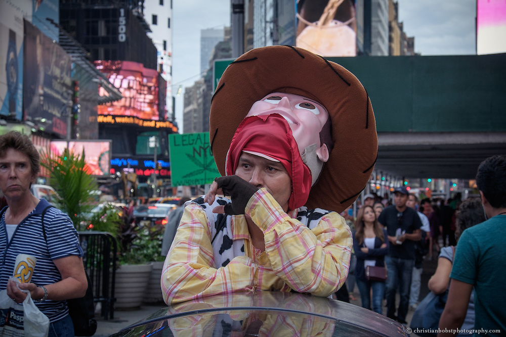 José, who performs aa Cowboy Woody at Times Square in New York, does`t have his best day. A few days earlier the police placed some signs reminding tourists that tips are optional. Ever since them his income has dropped.