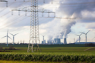 Europa, Deutschland, Nordrhein-Westfalen, Hochspannungsleitungen, Windkraftanlagen und das Braunkohlekraftwerk Neurath bei Grevenbroich. - <br /> <br /> Europe, Germany, North Rhine-Westphalia, power lines, wind power plants and the brown coal power station Neurath near Grevenbroich.