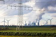 Europa, Deutschland, Nordrhein-Westfalen, Hochspannungsleitungen, Windkraftanlagen und das Braunkohlekraftwerk Neurath bei Grevenbroich. - <br /> <br /> Europe, Germany, North Rhine-Westphalia, power lines, wind power plants and the brown coal power station Neurath near Grevenbroich.